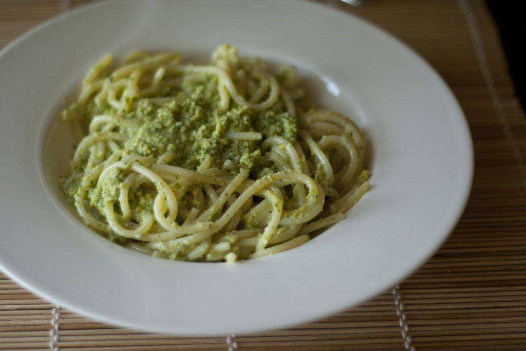 Spaghetti al pesto di foglie di ravanello - ingredienti e preparazione