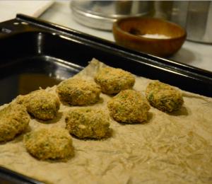 Polpette pane e foglie cavolo in teglia forno