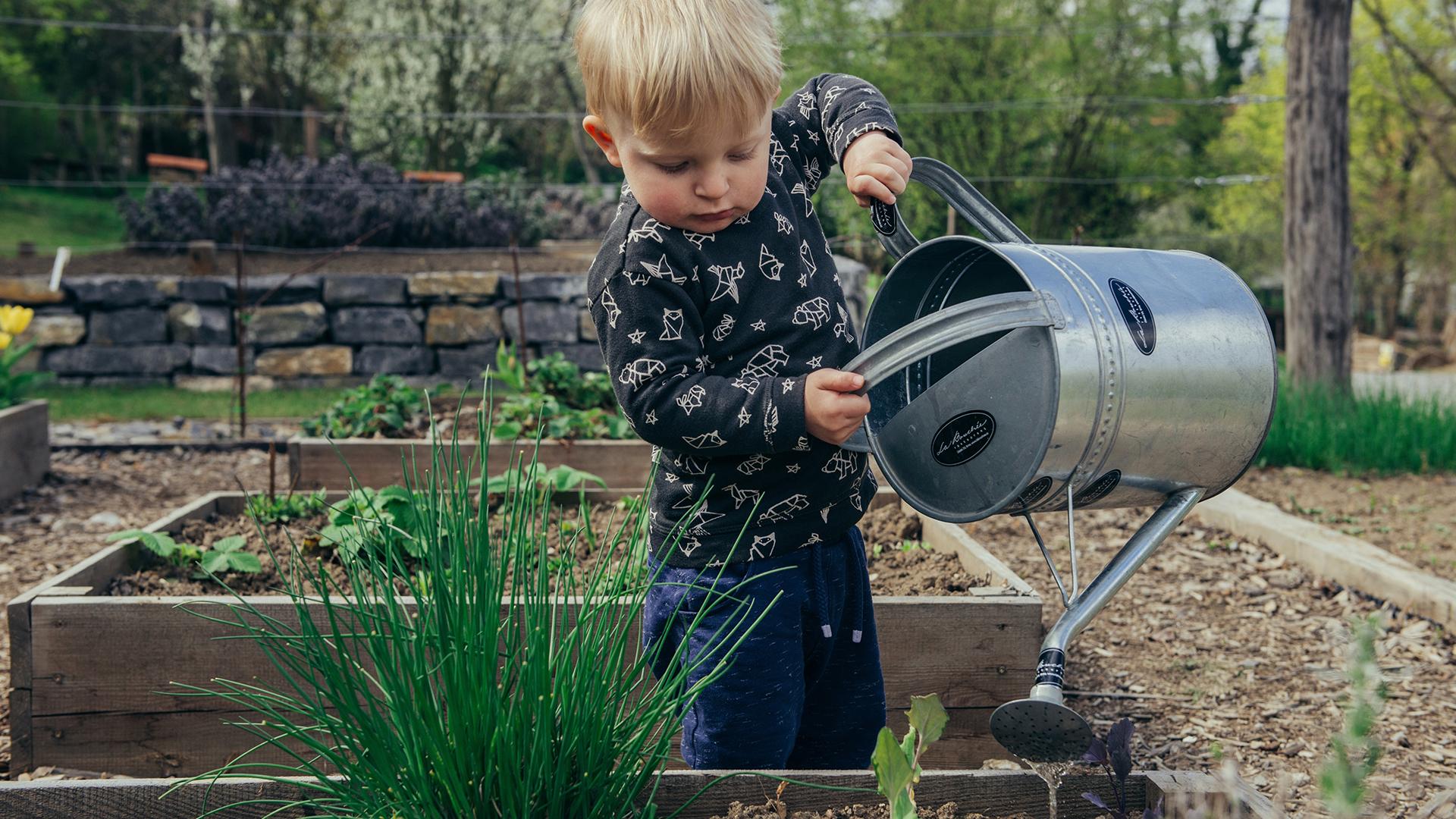 bambino innaffiatoio - quanto ne sanno i nostri figli di sostenibilità