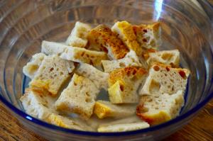 Preparazione poizza di pane raffermo in ammollo - ricetta riciblog